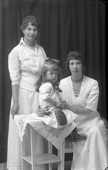 """Enligt fotografens journal Lyckorna 1909-1918: """"Nordén, Fru Lilly Ljungskile""""."""