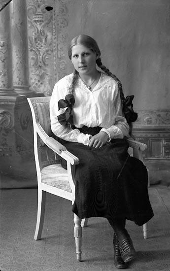 """Enligt fotografens journal Lyckorna 1909-1918: """"Gustafsson, Gunhild Lyckorna""""."""