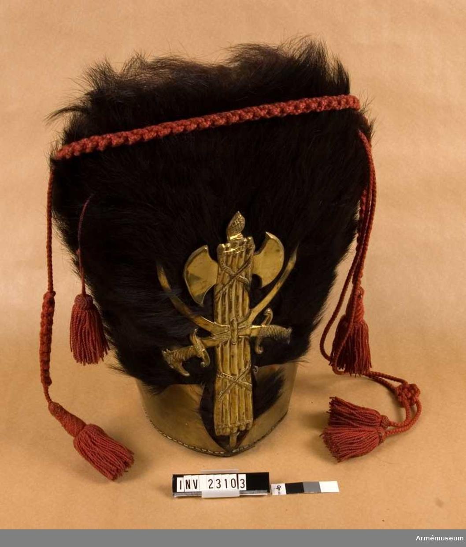 Grupp C I. Ur uniform för timmermän sammansatt av persedlar från olika regementen. Består av kappa, förkläde, byxor, mössa, handskar, skor, damasker, patronkök, bandolär, gehäng, handrem, yxa.