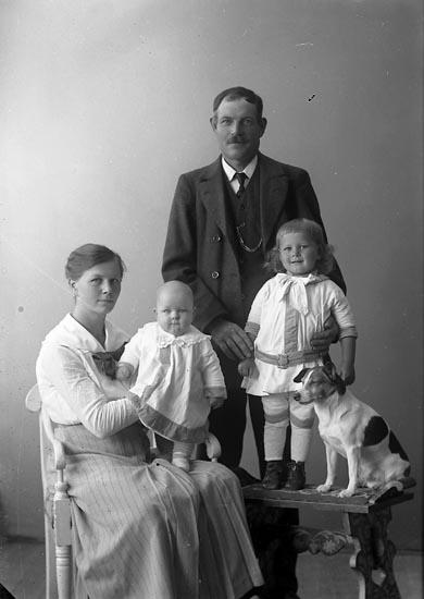 """Enligt fotografens journal nr 4 1918-1922: """"Stenman, Lars Doteröd Här""""."""