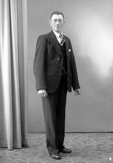 """Enligt fotografens journal nr 7 1944-1950: """"Olsson, Herr Oskar Bäckebo Ödsmål""""."""