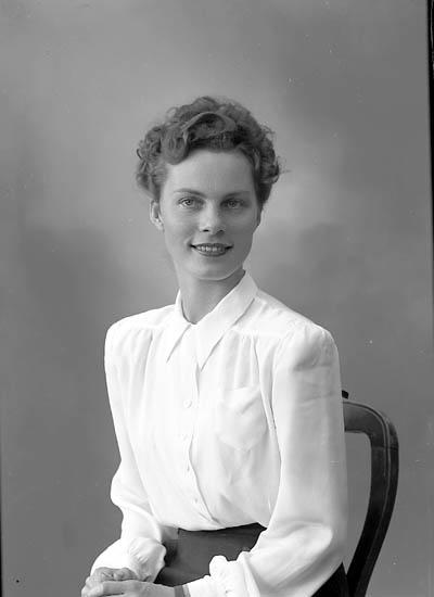 "Enligt fotografens journal nr 7 1944-1950: ""Hallberg, Fr. Marianne Stenungsund""."