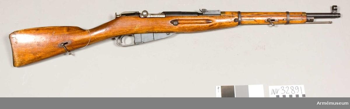 Grupp E II. Före rysk-japanska kriget (1905) fanns i Ryssland endast infanteri-, dragon- och kosackgevär. Först under och efter kriget omgjordes ett antal gevär till karbiner.  Denna modell ersatte m/1910.  m/1938 hade ej inbyggd bajonettfäste vilket den senare typen ( m/1944) hade.