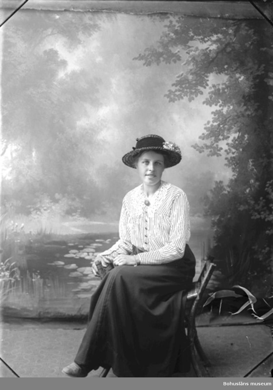 """Enligt fotografens journal Lyckorna 1909-1918: """"Johansson, Alice Brattefors Ljungskile""""."""