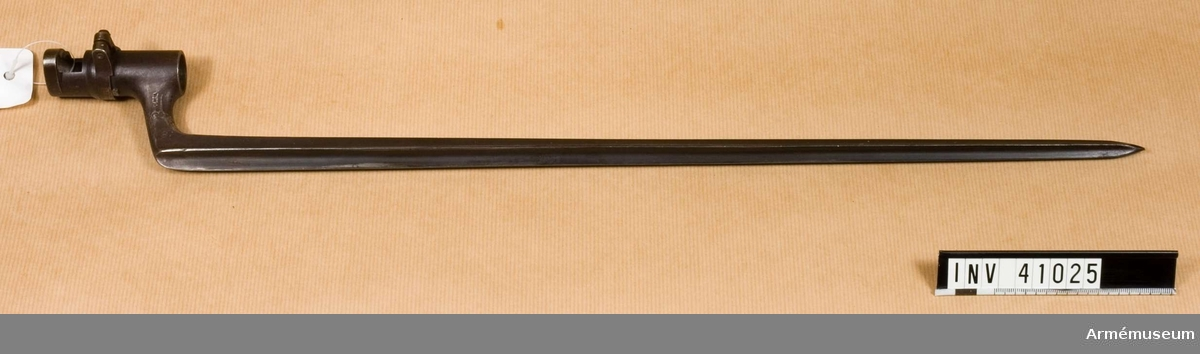 Grupp E II f.  tnr 17961, 15R 7K nr 395.  Samhörande gåva: 297 gevär med bajonett, 41000-41593. Samhörande nr 41024-5, gevär, bajonett.
