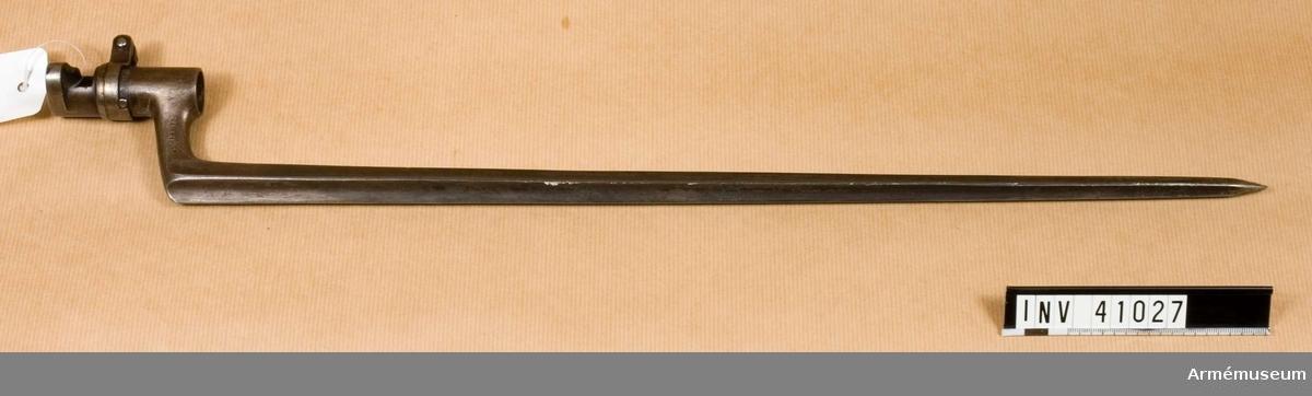 Grupp E II f.  tnr 3296, 14R B nr 709.  Samhörande gåva: 297 gevär med bajonett, 41000-41593. Samhörande nr 41026-7, gevär, bajonett.