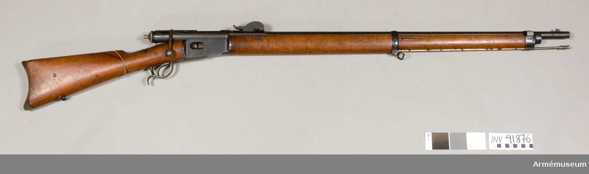 """Grupp E II. Vapnet liknar m/1871 med undantag av att vapnet - har ett i stället för två band, - är inrättad för sabelbajonett, - har annorlunda sikte, - även bakplåten är annorlunda utformad.  På lådans vänstra sida står """"Waffenfabrik Bern 178128 M. 78"""", vilket innebär att det måste vara m/1878."""