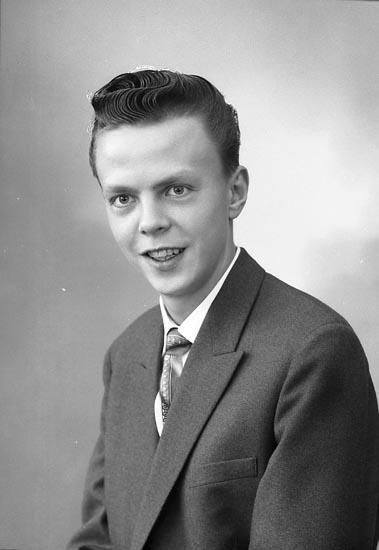 """Enligt fotografens journal nr 9 1958-: """"Persson, Herr Karl Box 343 Stenungsund""""."""