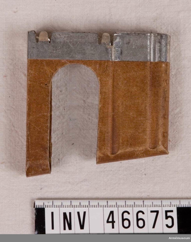 Grupp E V. Laddram av papp förstärkt med stålplåt för sex patroner.