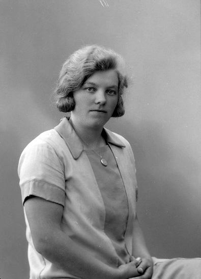 """Enligt fotografens journal nr 6 1930-1943: """"Olsson, Ester Bråland, Hjälteby""""."""