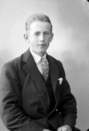 """Enligt fotografens journal nr 6 1930-1943: """"Andersson, Einar Låka, Höviksnäs""""."""