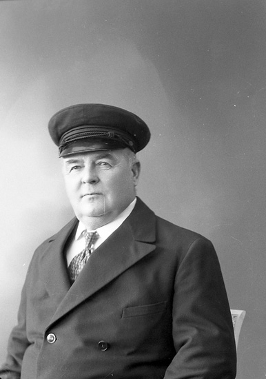 """Enligt fotografens journal nr 6 1930-1943: """"Ehrnst, Kapten O. Stenungsund""""."""