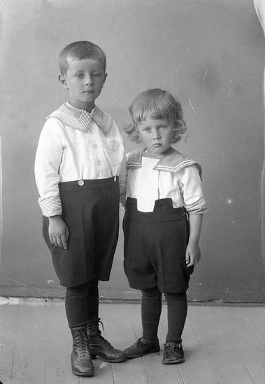 """Enligt fotografens journal nr 5 1923-1929: """"Hallin, Lars-Olof Högenorum""""."""