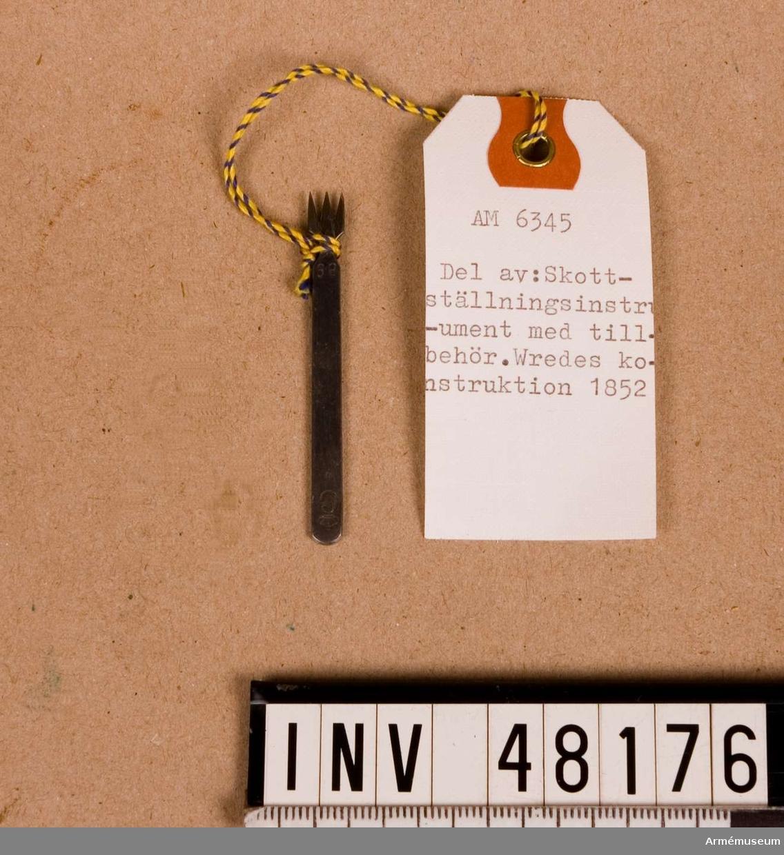 Grupp E VIII.  Samhörande nr är 48176-7, skottställningsinstrument, skottstol. Av Wredes konstruktion, bestående av 16 delar.