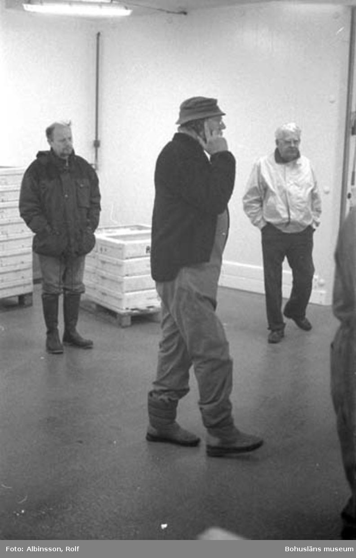 """Enligt fotografens noteringar: """"Från vänster okänd, Sven Pettersson, okänd.""""  Fototid: 1996-04-03."""