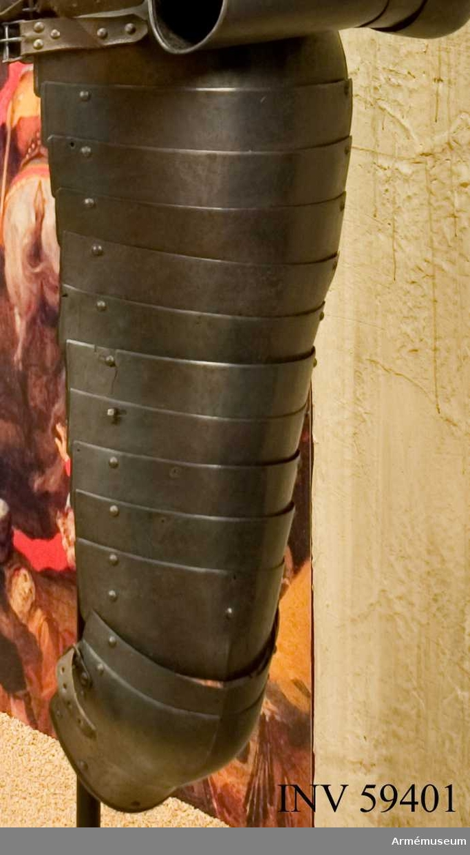 Grupp D IV.  Vänster lårskena. Ur ryttarrustning, s.k. halvrustning, för kyrrassiär 1600-1650, Danmark-Norge. Hela rustningen består av harnesk, halskrage, armskenor, skulderskenor, lårskenor, ländskört och visirhjälm.