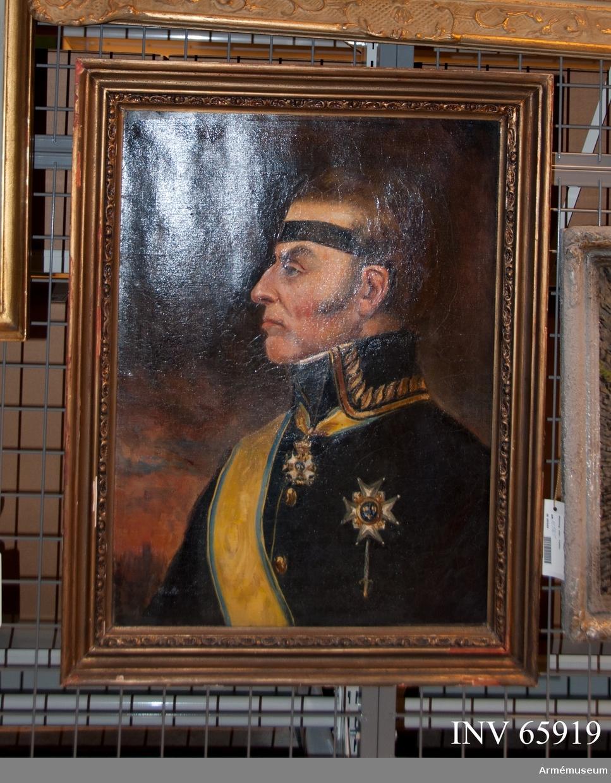 Grupp M I. Porträtt av Georg von Döbeln. Kopia. Oljemålning i form av porträtt föreställande friherren och generallöjtnanten, Georg von Döbeln. Porträttet är en kopia av okänt original. Von Döbeln är porträtterad seende åt vänster. Han bär generalsuniform och svärdsordens högsta insignier. Huvudet är bart. Infattning: bronserad delvis i rococostil ornerad träram.