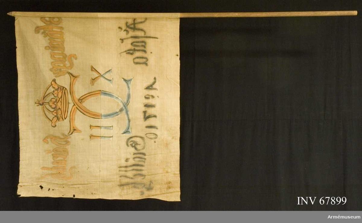 Duk: Tillverkad av enkel vit linnelärft, sydd av två horisontella våder.  Dekor: Målad endast från dukens insida Karl XII:s namnchiffer, dubbelt C med X-II på ömse sidor, krönt med sluten krona på det övre fältet i gult och brunt på det nedre i blått och svart. Text på ömse sidor om chiffret; upptill i gult med konturer i brunt och nedtill i svart.