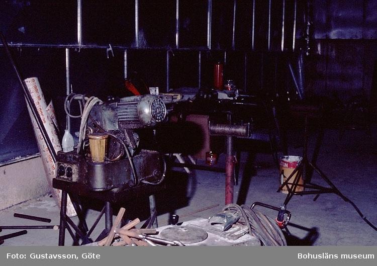 """Motivbeskrivning: """"Gullmarsvarvet, Lysekil. Bild från B-hallen. (fotograf: Göte Gustavsson)."""" """"På bilden syns bl.a. svetrsaggregat."""" Datum: 1980-10-30."""