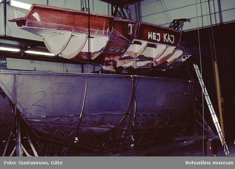 """Motivbeskrivning: """"Gullmarsvarvet, Lysekil. (fotograf: Göte Gustavsson).""""  """"Bild från C-hallen, monteringshallen."""" Datum: 1980-10-30."""