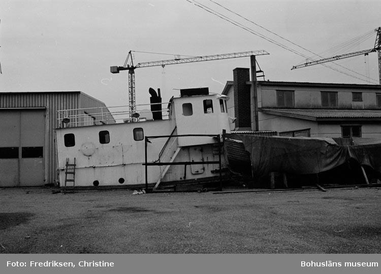 """Motivbeskrivning: """" Öckerö Båtvarv. Till vänster i bild verkstadsbyggnad uppförd 1974. till höger kontor- och snickarverkstad""""."""