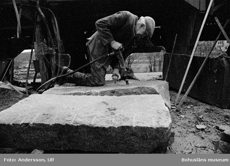"""Bohusläns samhälls- och näringsliv. 2. STENINDUSTRIN. Film: 12  Text som medföljde bilden: """"Blocket ritsas. April -77."""""""