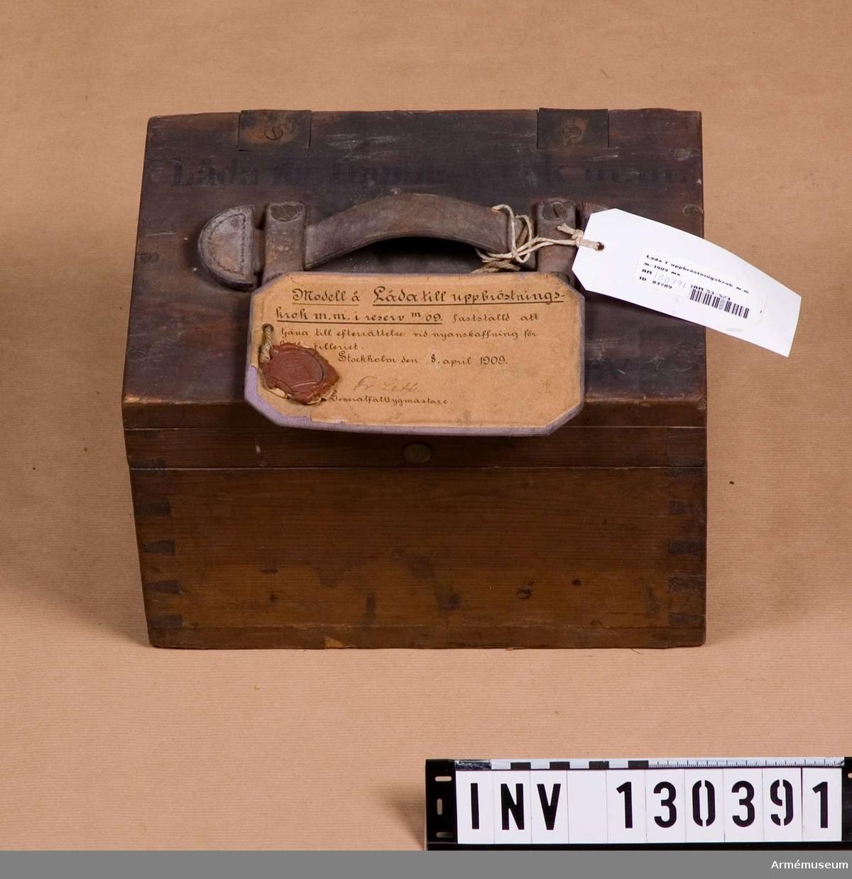 Grupp F III.  Låda till uppbröstningskrokar m/1909 mm i reserv.