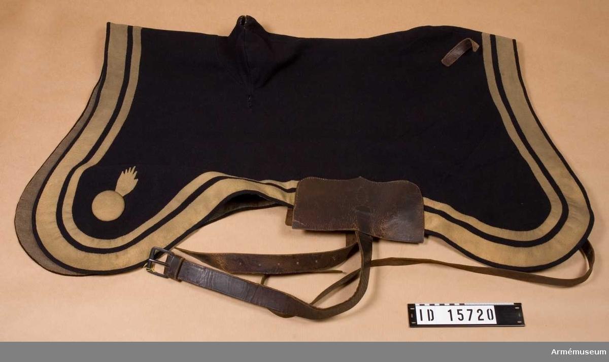 Grupp: K I. Regemente: Artilleriet. Land: S.   Anm. Tillhör utredningen för spannhäst vid art 1-18.  Mörkblått kläde med gula lister.