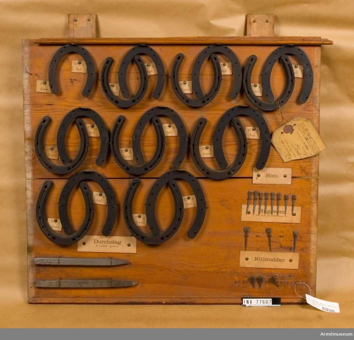 Grupp K: IV.  9 storlekar, jämte tillhörande nitbroddar, skarpa och stumma, huggsöm till reserv och nödfallskärpning, söm, tre storlekar, samt durchslag för broddhåls uppslående, 2 modeller. Sju satser vardera uppsatta på en träbricka.