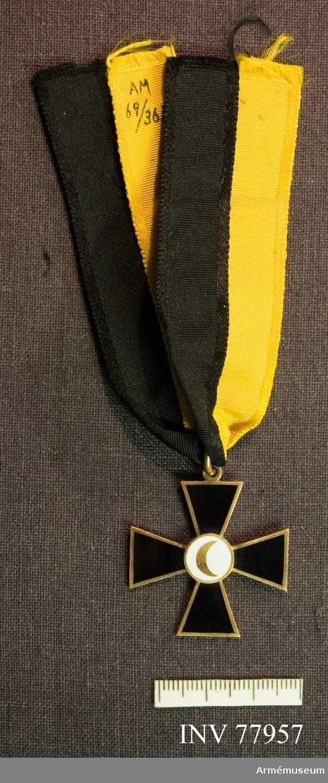 Grupp: M II. Ordenstecken, kors, svart och gult band.