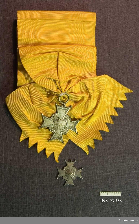 Grupp: M II. Ordenstecken, 2 st. Kors, gult band.