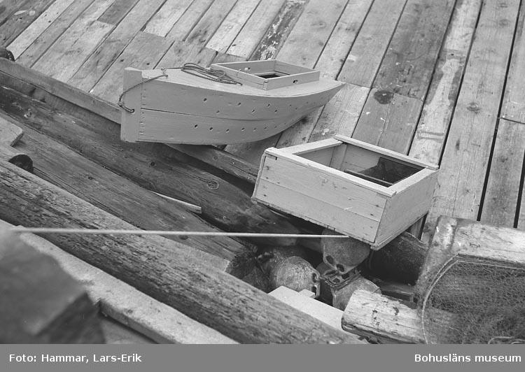 Båtformad sump och fiskelåda på brygga under hummerfisket i oktober 1978