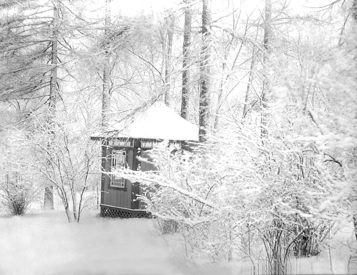 """Lusthuset i snö."" Kasens herrgård, Uddevalla i mars 1898."