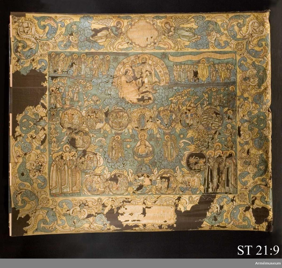 Blå duk med gul bård. Huvudmotivet är Gudsmodern, jungfru Marias, liv som framställs i medaljonger. I mitten av medalongkransen avbildas Maria som Livets källa.