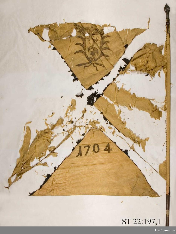 Duken ursprungligen röd med svart St Andreaskors. I översta fältet syns det heraldiska vapnet för den litauiske storhetmanen Mykolas Servacijus Visnioveckis (Michal Serwaci Wisniowiecki). I nedersta fältet årtalet 1704. Genombruten spets med kristusmonongrammet IHS samt ett kors ovan bokstaven H.