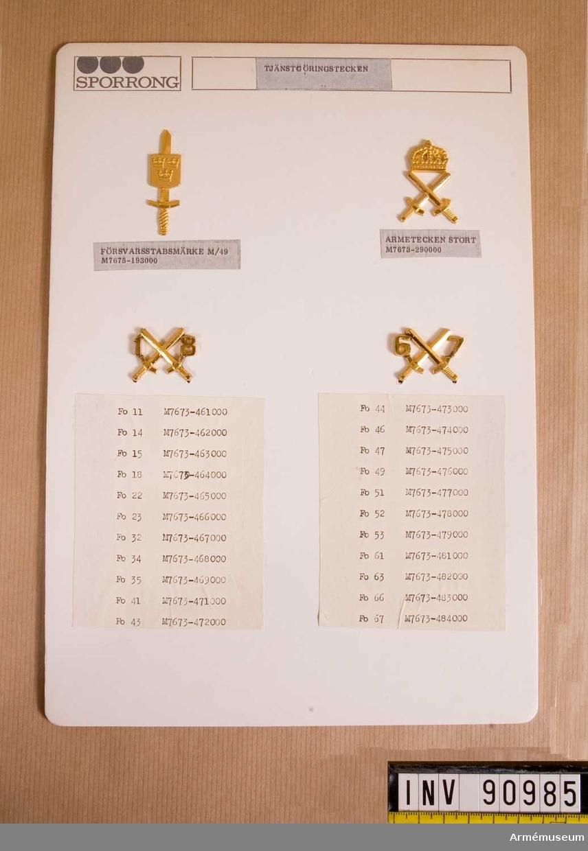 Fyra stycken förbandstecken på pappskiva från Sporrong.