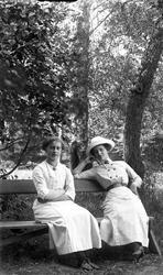 Kvinnor på parkbänk vid Torreby