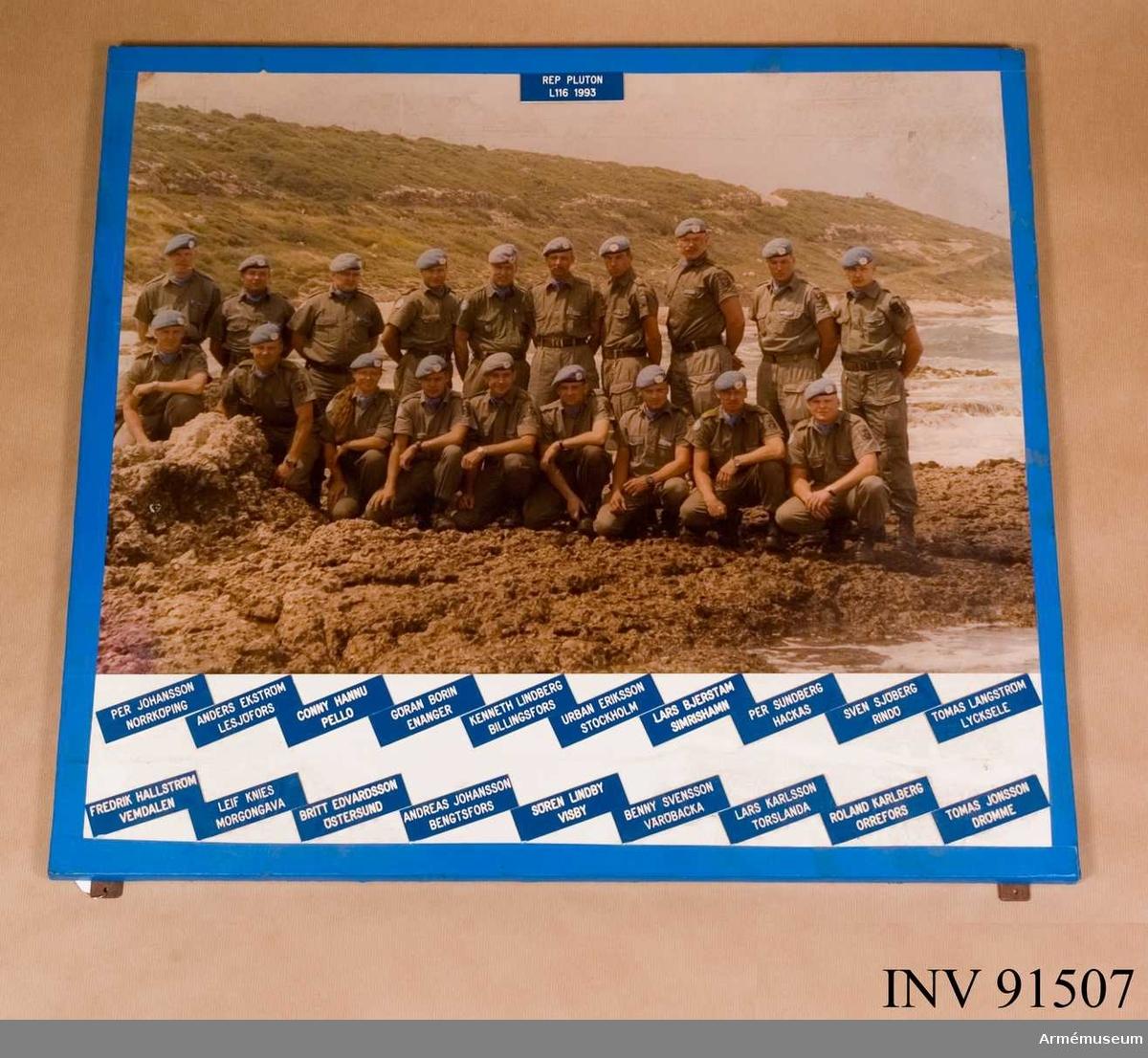 Foto med namn på Rep pluton L 116, 1993. 18 Män + 1 kvinna.