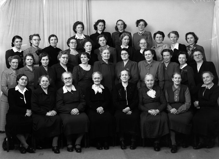 "Uppgift enligt fotografen: ""Uddevalla. Gruppfoto. Damer (Flit o Seger) Fru Köllerström."""