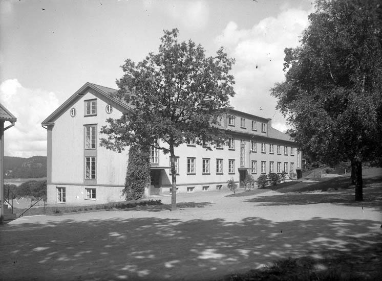 """Text till bilden:""""Skolbyggnad""""."""
