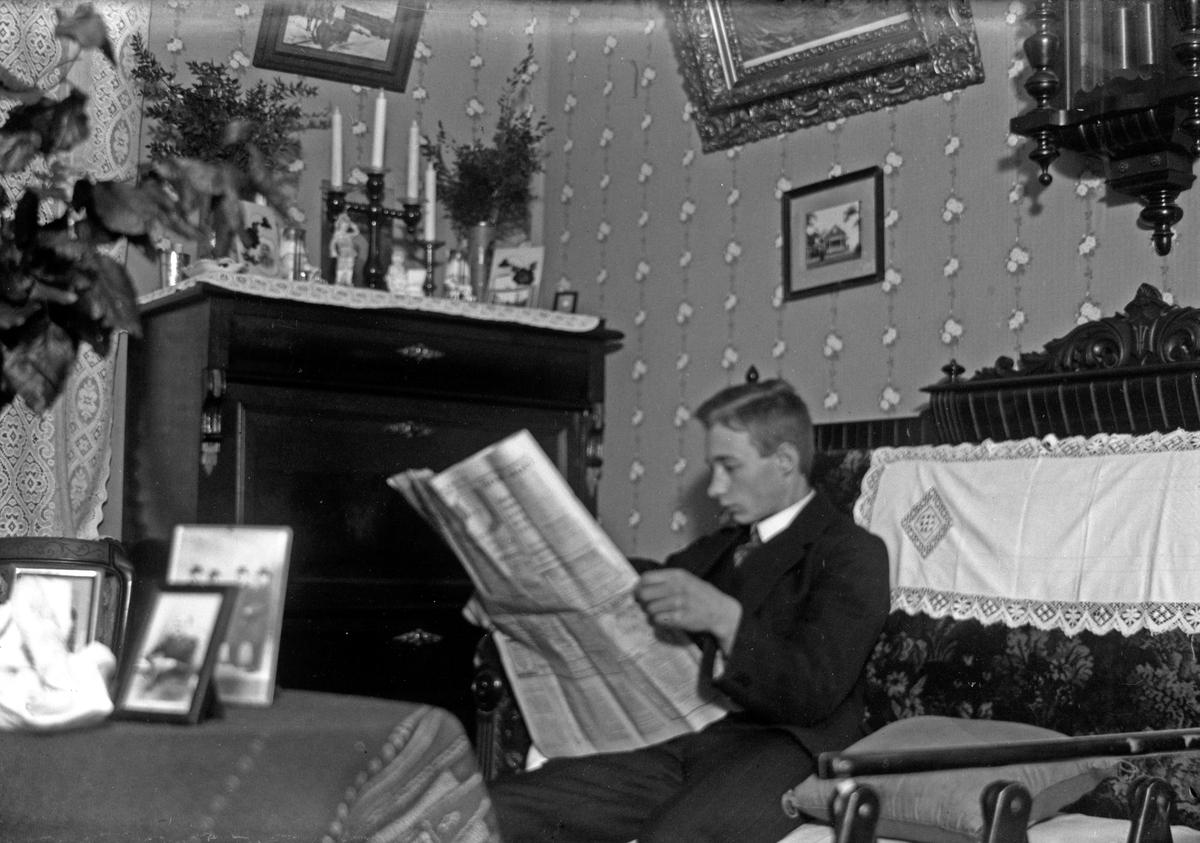 """Fotograf Gustav Andersson i sitt hem i """"Bostäderna"""", kvarteret Jägmästaren, Jönköping."""