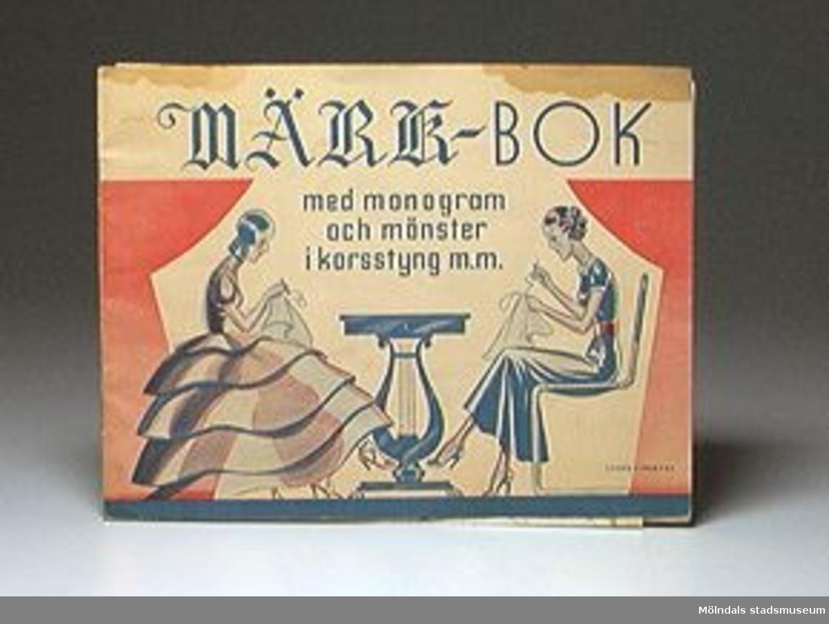 Märkbok med monogram och mönster i korsstygn mm.