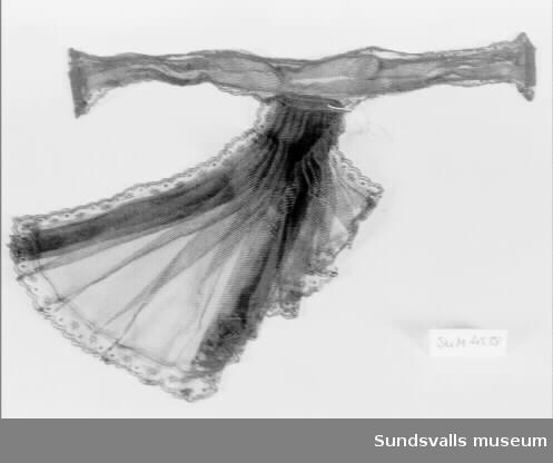 Svart fischy bestående av en trekantig halsduk som plisserats och fästs vid halsen med ett tyllband med två tryckknappar.