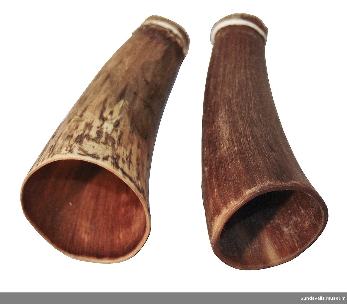 SuM 5427:1-12, tio stycken kopphorn av horn och två smidda knivar i metall.