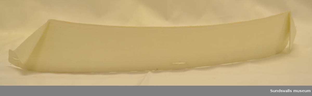 Skjortkrage av vit linnelärft med nervikta snibbar. Maskinsydda knapphål på tre ställen. Klistrad