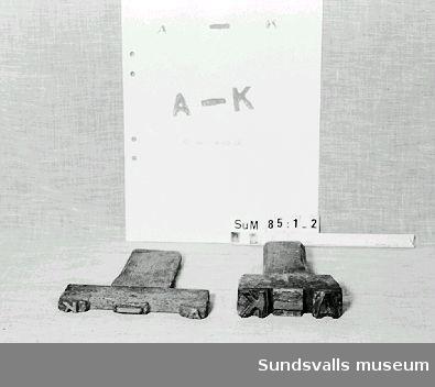 Stämpel i gummi med handtag i trä. Stämpeln visar bokstäverna A-K Röda färgrester finns kvar på stämpeln.