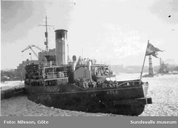 Statsisbrytaren Atle, som var ångdriven till skillnad från Ymer som var dieseldriven. Atle hette Statsisbrytaren till dess att Ymer kom  (1945?) Fotot är taget 1947 i Malmö.