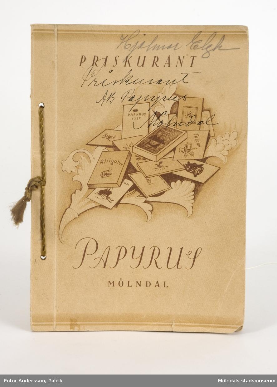 """Priskurant (prislista) över brevpapper, tillverkade på Papyrus, Mölndal. Brevpappren är indelade i Papeterier, Kasetter, Block och Brevportföljer. Varje produkt är avbildad och har namn, produktnummer, storlek och en kort beskrivning vid bilden. Längst bak, prislista. Boken är tryckt i olika beiga och bruna toner, samt bunden med tvinnad silkessnodd. På framsidan står det skrivet med penna """"Hjalmar Elgh, Priskurant avs Papyrus, Mölndal""""."""
