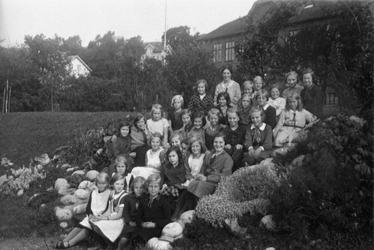 Flickor sittande på trappa vid Kvarnbyskolan (f. d. Centralskolan).