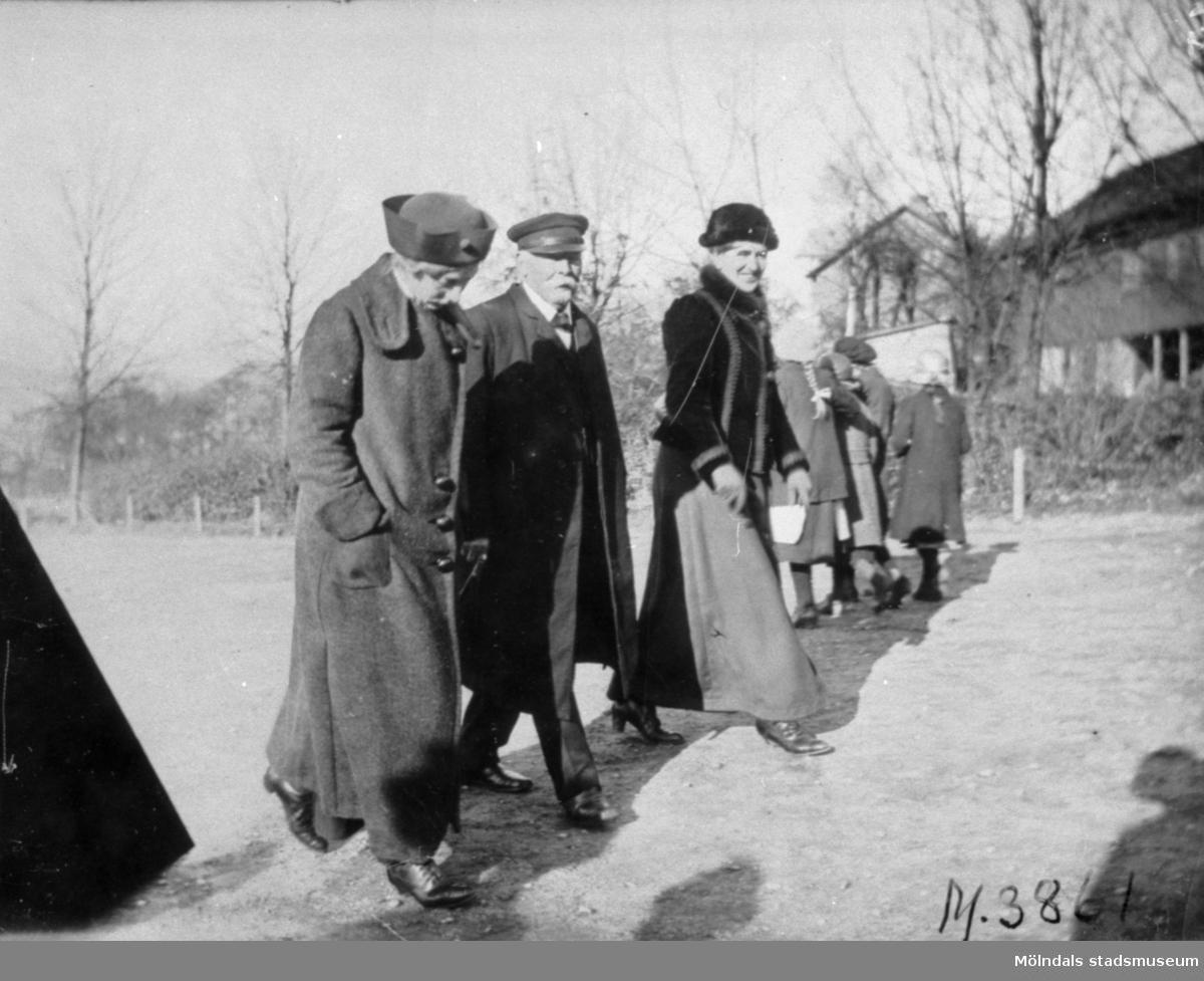 Lärare går vakt på skolgården vid Trädgårdsskolan. Från vänster Anna Ekstrand, C.J. Langer och Selma Westerlund.